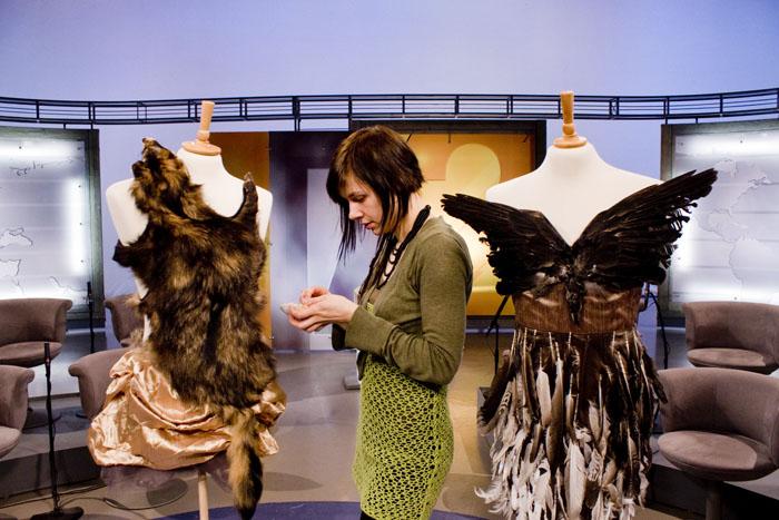 Leena Pukki valmistautuu lähetykseen Tohlopin studiolla. Kuva Karoliina Paappa 2010