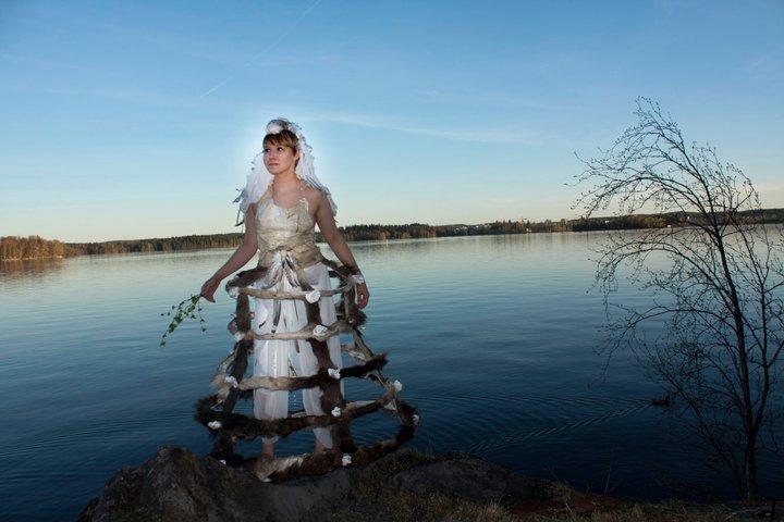 Morsiuspuku, toteutettu yhteistyönä Karoliina Paappa & Leena Pukki, kuva Karoliina Paappa, malli Anna Heinonen